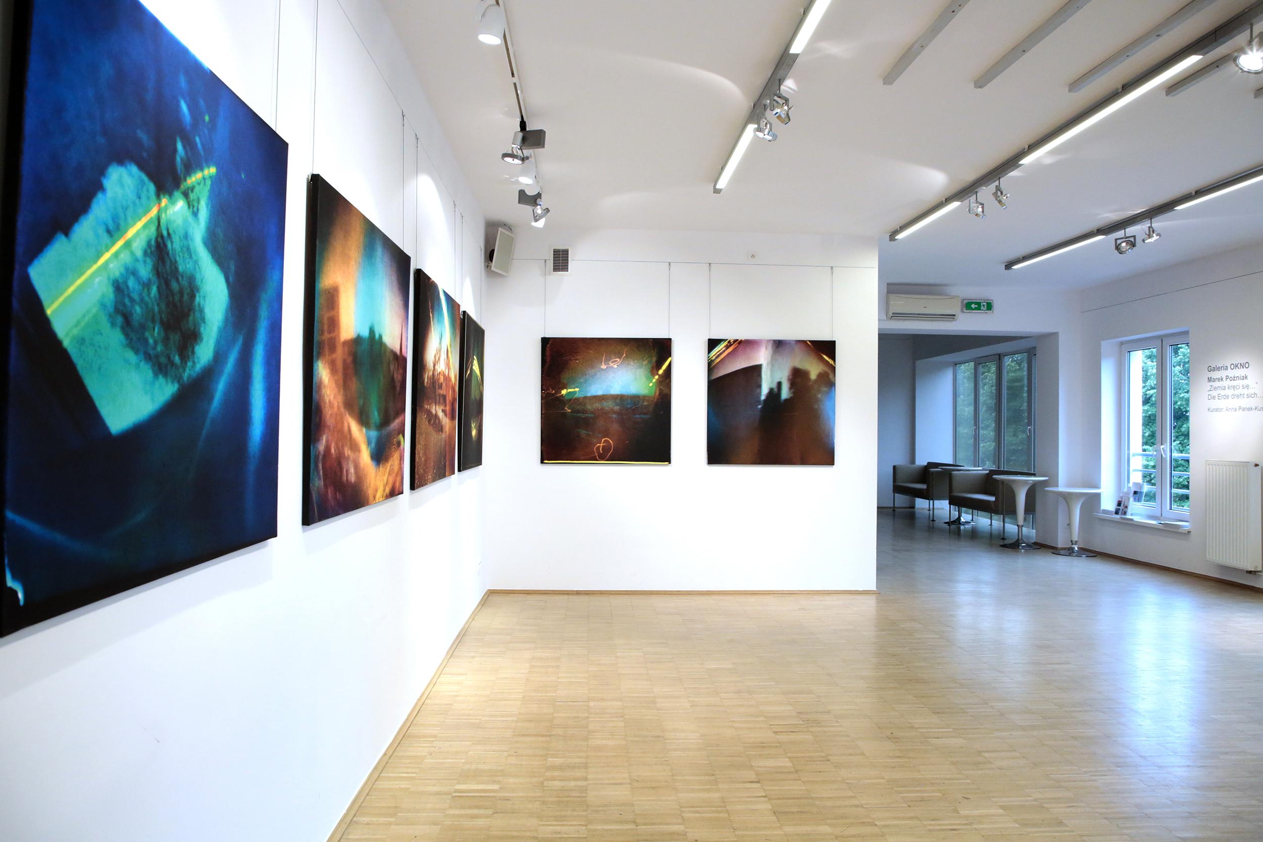 Świat się kręci… Zapraszamy na wystawę do galerii OKNO